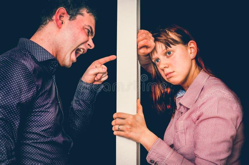 Les couples malheureux discutant et ne se comprennent pas photo libre de droits