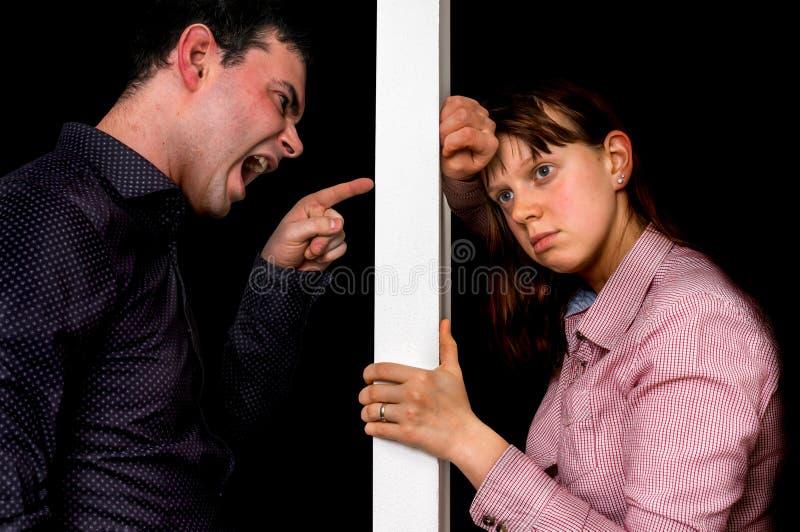 Les couples malheureux discutant et ne se comprennent pas photographie stock libre de droits