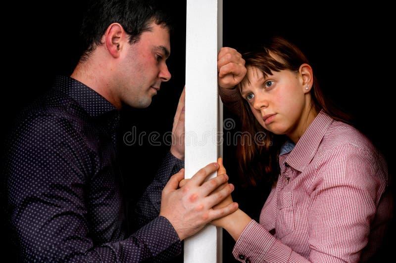 Les couples malheureux discutant et ne se comprennent pas images stock