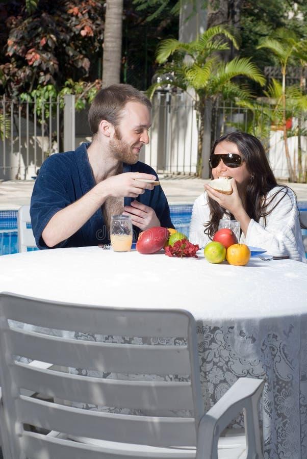 Les couples mangent par Pool - verticale image libre de droits
