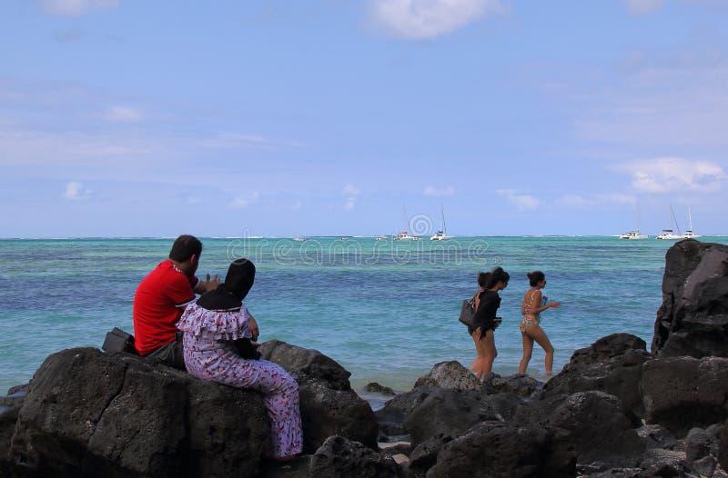 Les couples musulmans détendent sur la plage photos stock