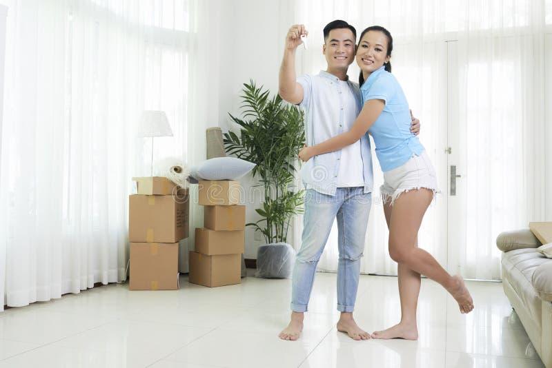 Les couples ont acheté l'appartement photographie stock