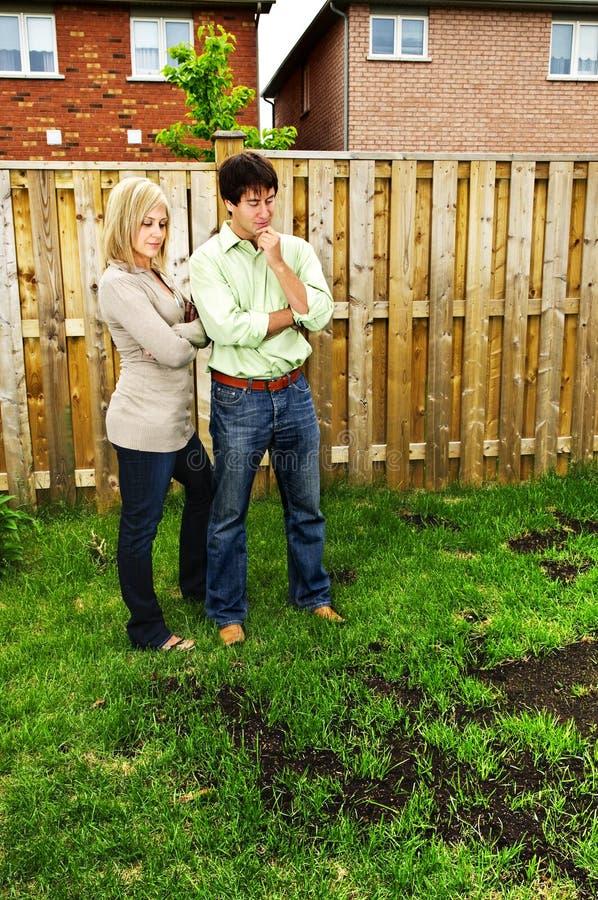 Les couples ont préoccupé par la pelouse photo libre de droits