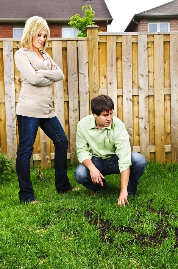 Les couples ont préoccupé par la pelouse image stock