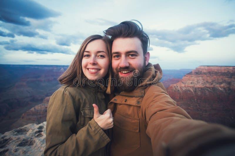 Les couples ou les amis romantiques montrent des pouces et font la photo de selfie sur le voyage augmentant chez Grand Canyon en  photographie stock libre de droits