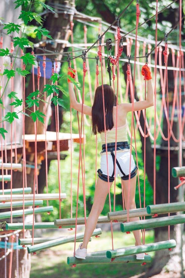 Les couples passent leur temps libre dans des cordes courent homme et femme occupés dans l'escalade image libre de droits