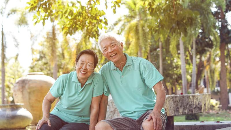 Les couples pluss âgé asiatiques heureux rient ensemble en parc naturel vert photographie stock libre de droits