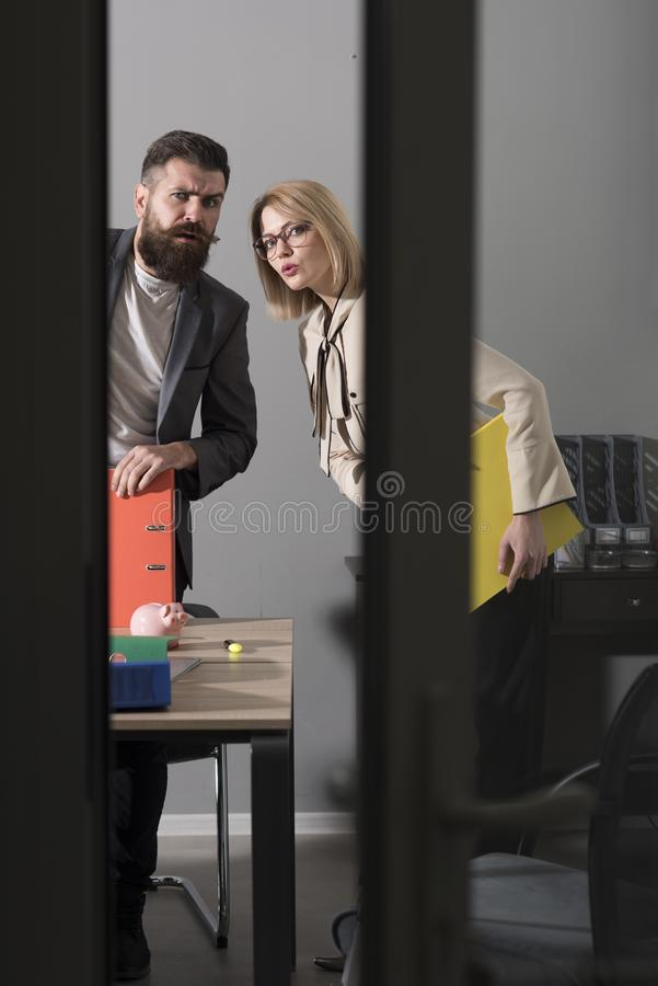 Les couples préoccupés d'affaires regardent le bureau moderne Collègues lors de la réunion dans le bureau avec des murs de verre  photographie stock