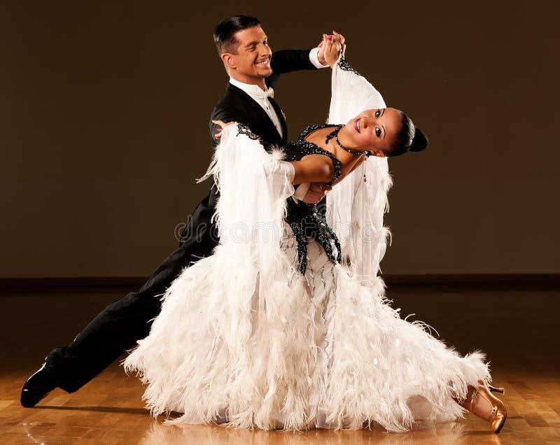 Les couples professionnels de danse de salle de bal préforment une danse d'exposition image libre de droits