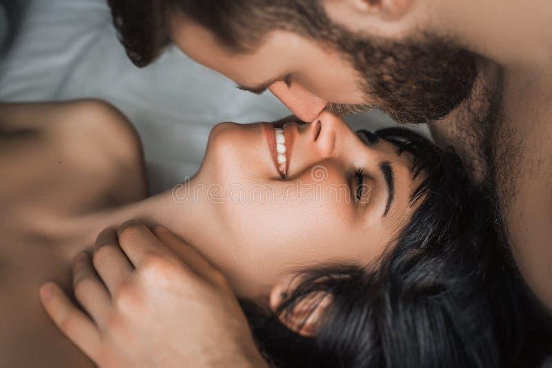 Les couples proliférant dans le lit image libre de droits