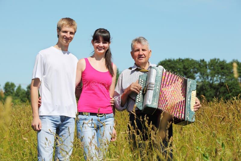 Les couples restent le père proche avec l'accordéon photos libres de droits