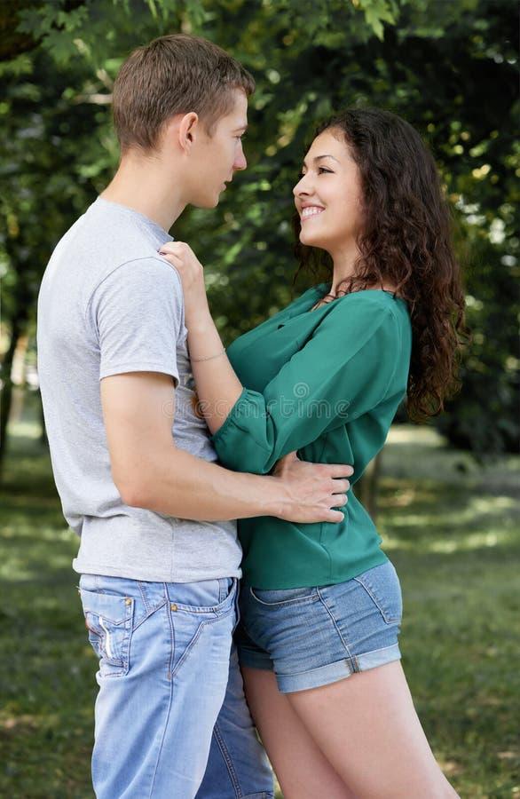 Les couples romantiques posant dans la ville se garent, saison d'été, amants garçon et fille photo libre de droits