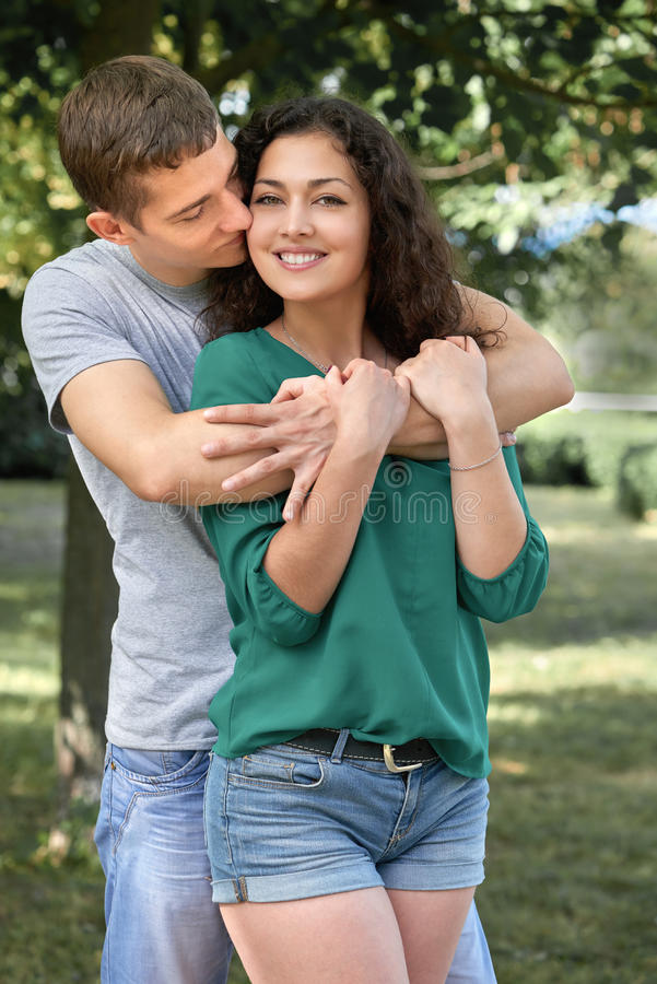 Les couples romantiques posant dans la ville se garent, saison d'été, amants garçon et fille photo stock