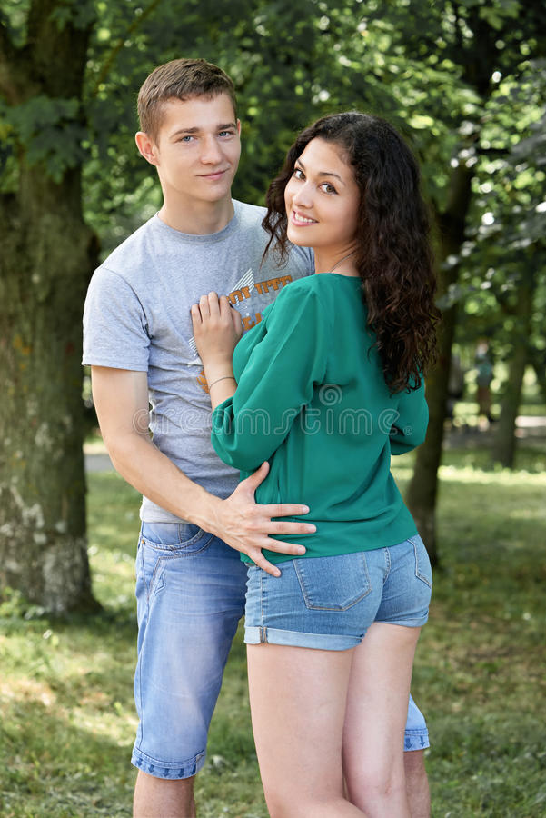 Les couples romantiques posant dans la ville se garent, saison d'été, amants garçon et fille photos stock