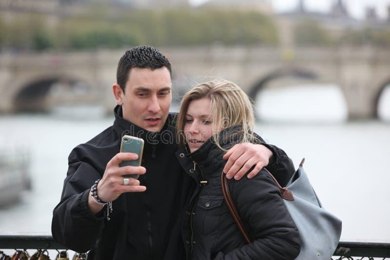 Les couples romantiques prennent une PIC à Paris photos stock