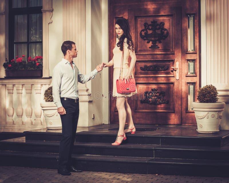 Les couples s'approchent de l'entrée à la maison photographie stock libre de droits