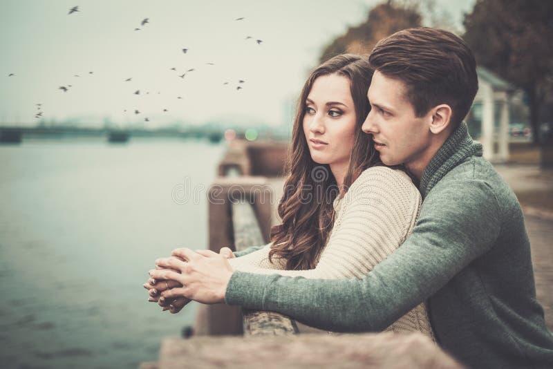Les couples s'approchent de la rivière le jour d'automne photographie stock libre de droits
