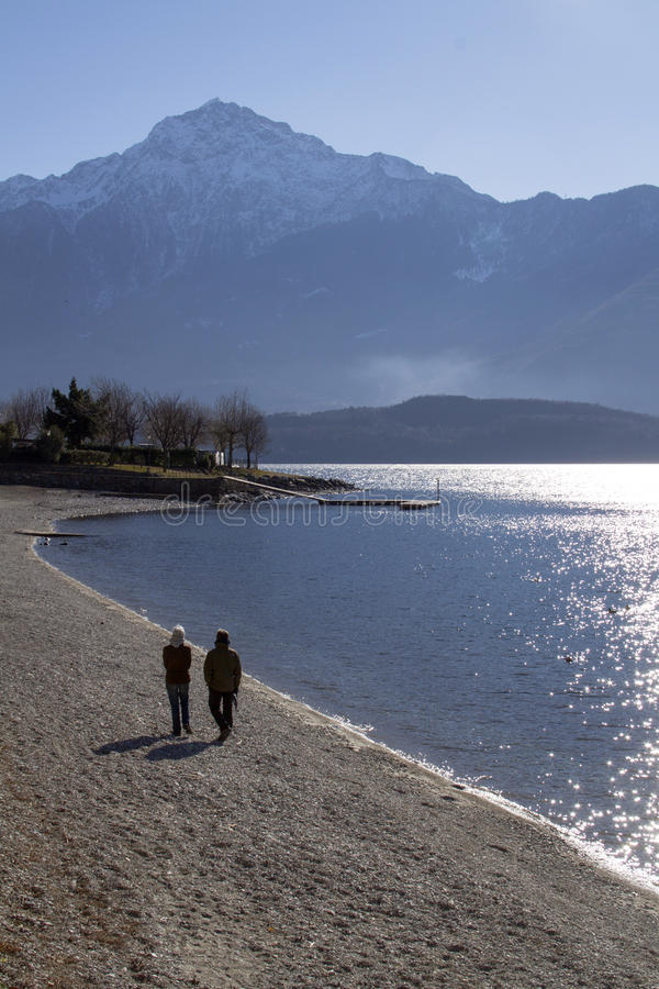 Les couples s'approchent du lac photo libre de droits