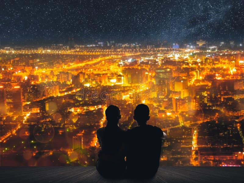 Les couples se reposent sous le ciel photographie stock libre de droits