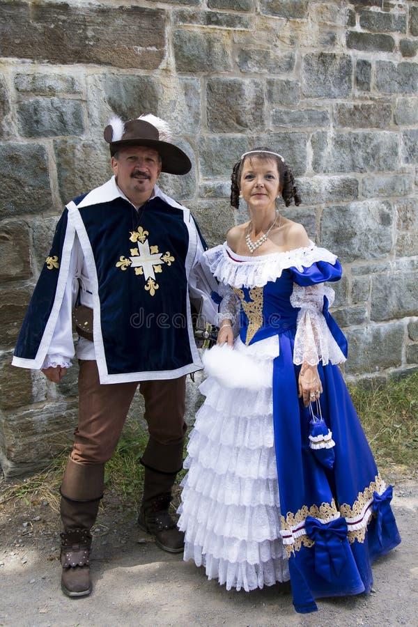Les couples se sont habillés en tant qu'un mousquetaire français du 17ème siècle et dame noble pendant le nouveau festival de la  photo stock