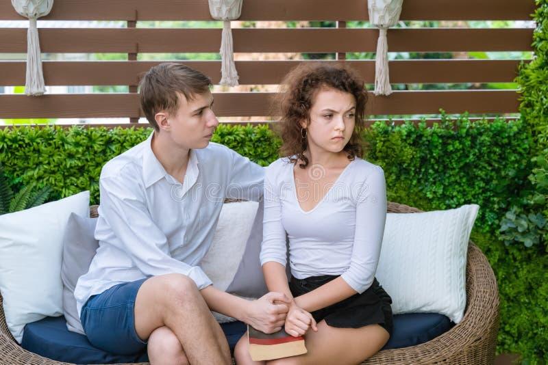 Les couples sont fâchés les uns avec les autres, le côté masculin demande la réconciliation photos stock