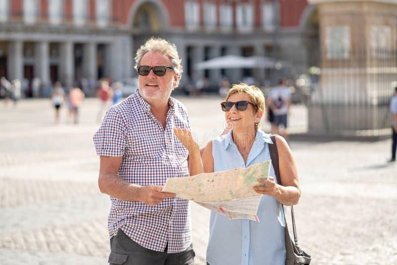 Les couples supérieurs ont perdu employant la carte de ville pour trouver leur emplacement en Europe photos stock