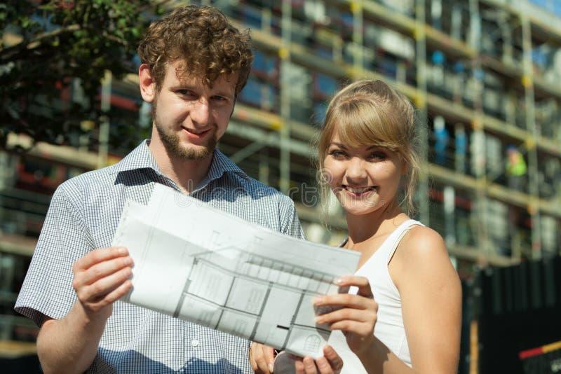 Download Les Couples Sur L'avant De La Nouvelle Maison Avec Le Modèle Projettent Photo stock - Image du plan, loyer: 87705296
