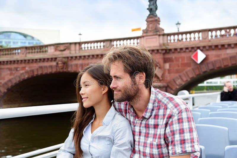 Les couples voyagent à Berlin visitant le pays en tournée de bateau images libres de droits