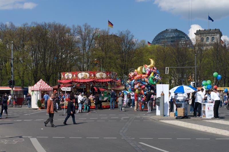Les cours de jeu s'approchent de la Porte de Brandebourg photos libres de droits