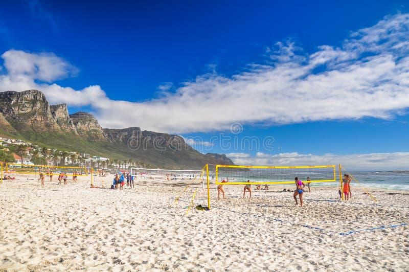 Les cours de volleyball de plage dans les camps aboient - Cape Town, Afrique du Sud photo stock