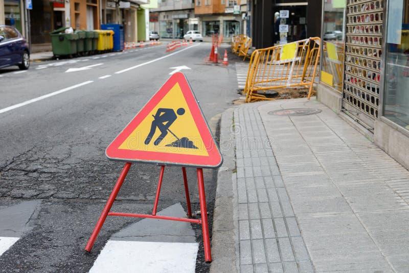 Les courses sur route signent du côté de la route images stock