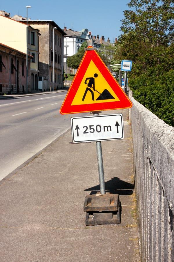 Les courses sur route signent pour des travaux de construction dans la rue de ville Poteau de signalisation en construction de ro photographie stock libre de droits