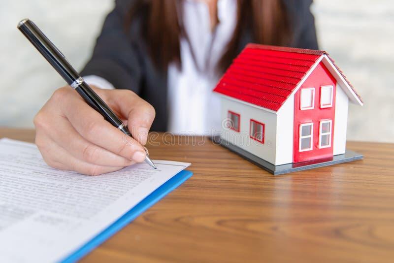Les courtiers de ventes ? la maison offrent les ventes ? la maison, maison mod?le sur la r?ception Immobiliers et concepts r?side photographie stock