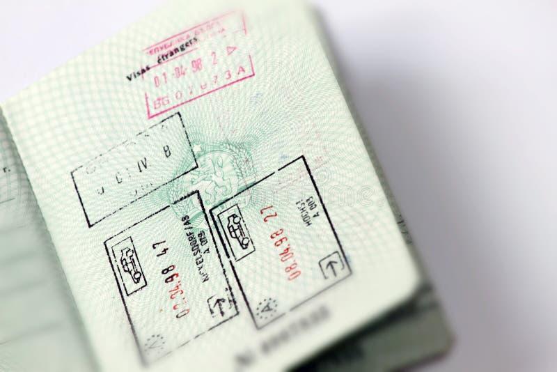 Les coutumes emboutit dans le passeport international pour voyager autour du monde Document pour le déplacement Timbres et visas image stock