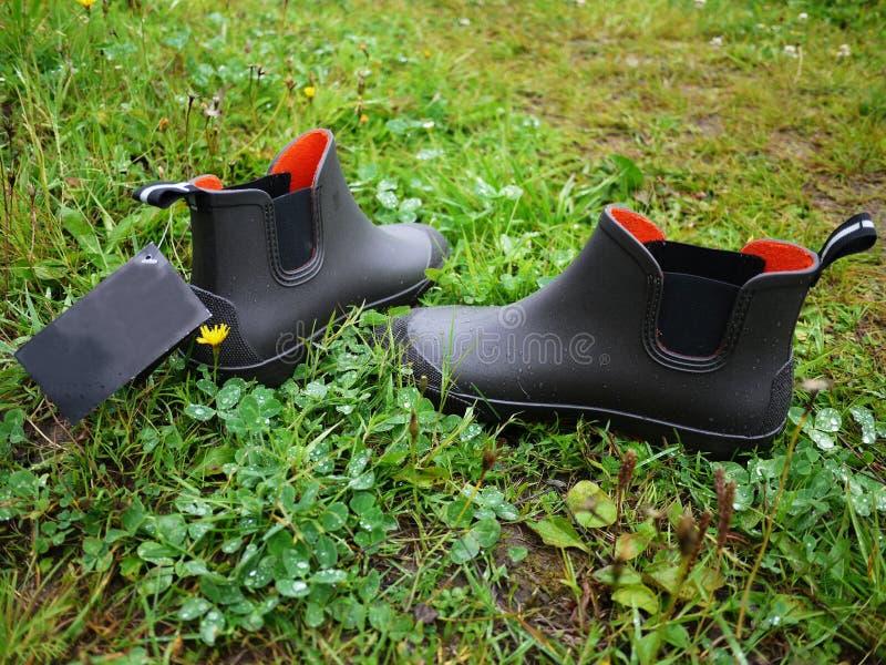 Les couvre-chaussures des hommes en caoutchouc Utilis? pour le mouvement par temps nuageux et pluvieux details photo stock