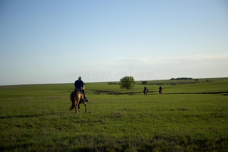 Les cowboys rentrant à la maison après de dures journées travaillent photos libres de droits