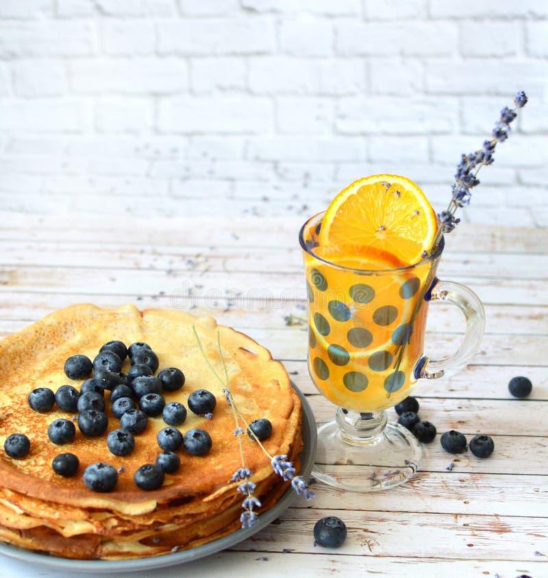 Les crêpes avec des myrtilles poussent des feuilles sur la limonade supérieure et orange d'agrume avec des bâtons de lavande Fich photos stock
