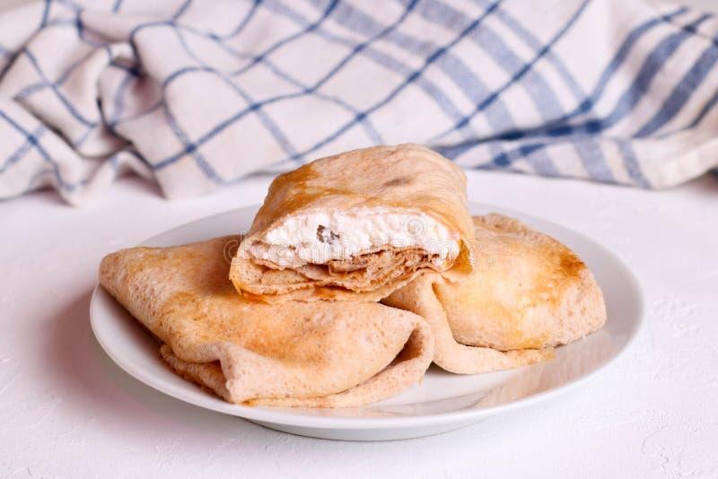 Les crêpes douces ont bourré le fromage blanc images libres de droits