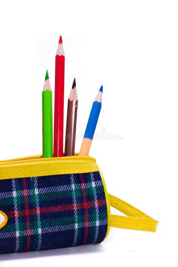Les crayons affilés se sont situés dans une trousse d'écolier colorée lumineuse image stock