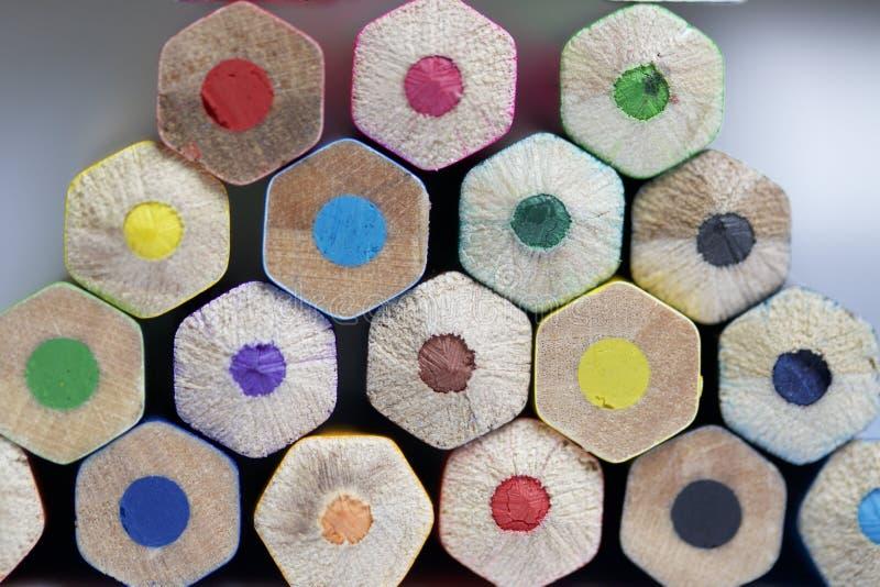 Les crayons colorés ont empilé la pyramide Saisissez l'extrémité photos libres de droits