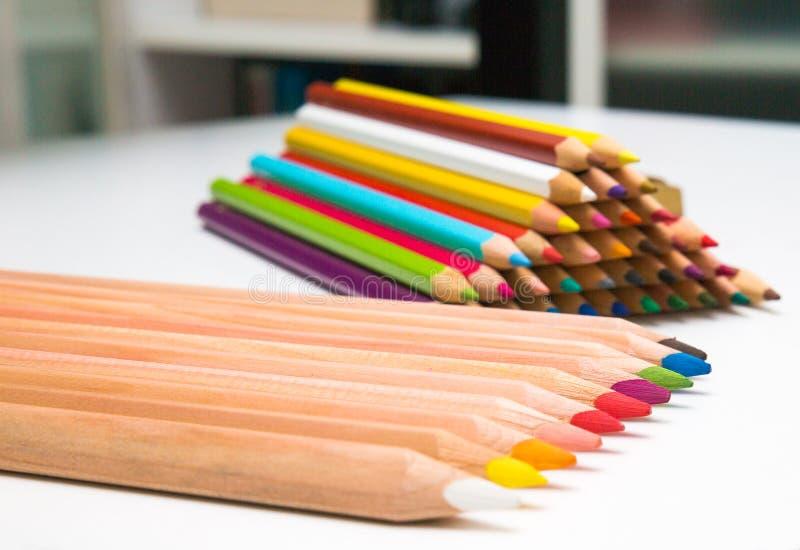 Les crayons colorés ont placé l'ensemble coloré de crayons, couleurs crayonnent le piramide photos libres de droits