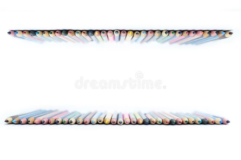Les crayons colorés ont présenté dans une rangée, sur un fond blanc, seront imprimés, l'espace de copie, photographie stock