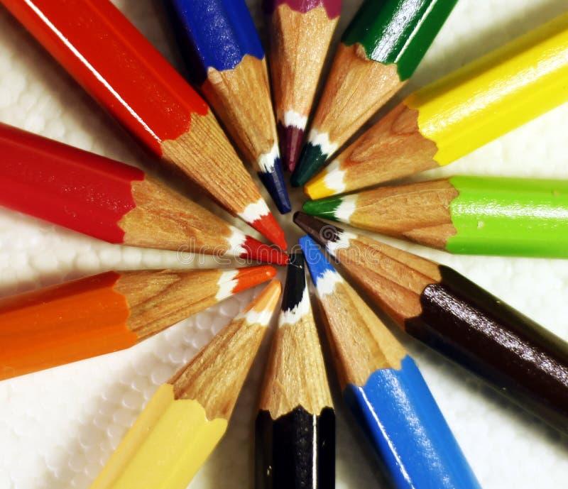 Les crayons en bois colorés ont arrangé sous forme de rayons images stock