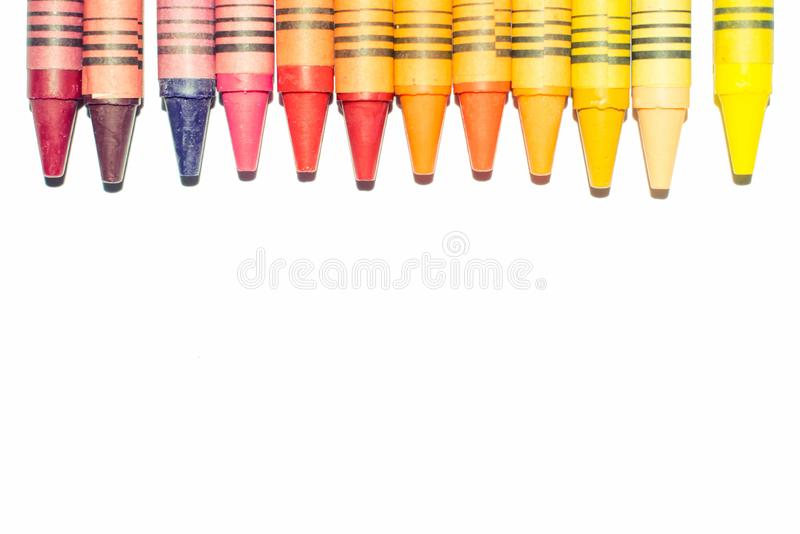Les crayons et les pastels ont aligné d'isolement sur le fond blanc avec l'espace de copie photos libres de droits
