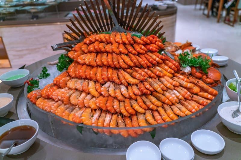Les crevettes bouillies dominent dans le restaurant de buffet image libre de droits