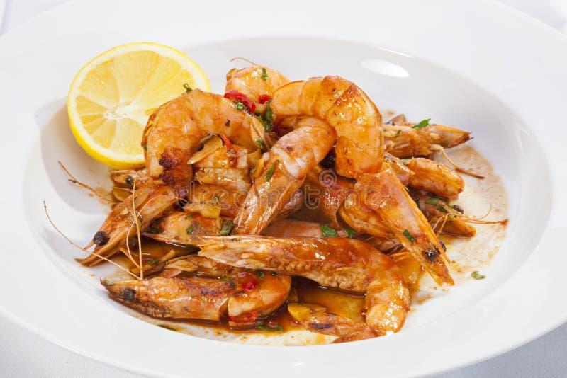Les crevettes ont préparé avec l'ail, les piments, le vin blanc et vi balsamique photos libres de droits