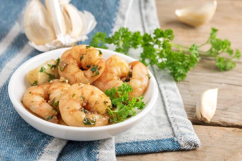 Les crevettes ou les crevettes roses et l'ail en huile d'olive avec le persil garnissent I photographie stock libre de droits