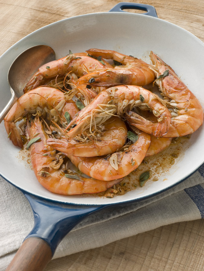 Les crevettes roses méditerranéennes ont fait cuire dans Pastis images stock