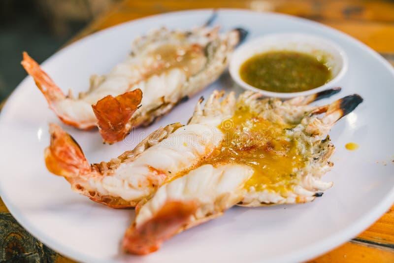 Les crevettes roses ou les crevettes de rivière grillées ont servi avec de la sauce à fruits de mer épicée thaïlandaise, menu dél photographie stock