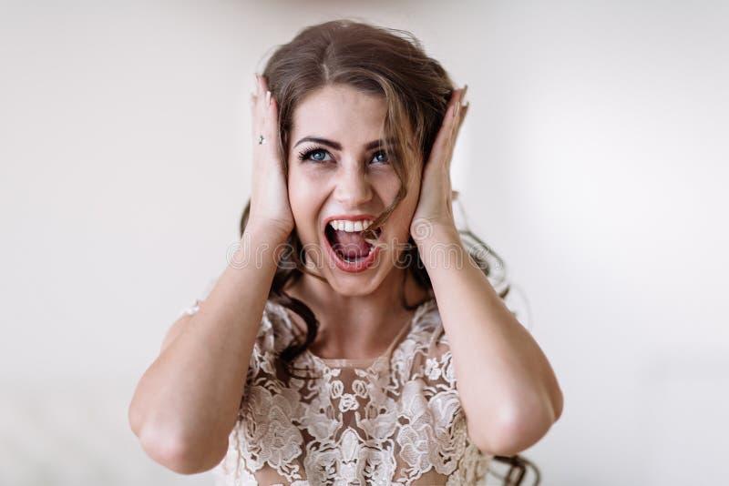 Les cris perçants de jeune mariée images libres de droits